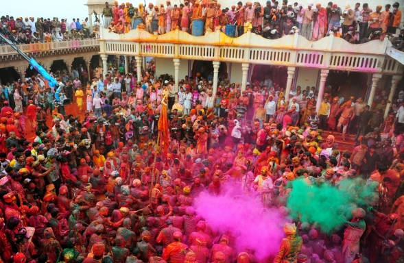 Celebrating Holi Festival at the Nandji Temple in India © www.ibtimes.co.uk